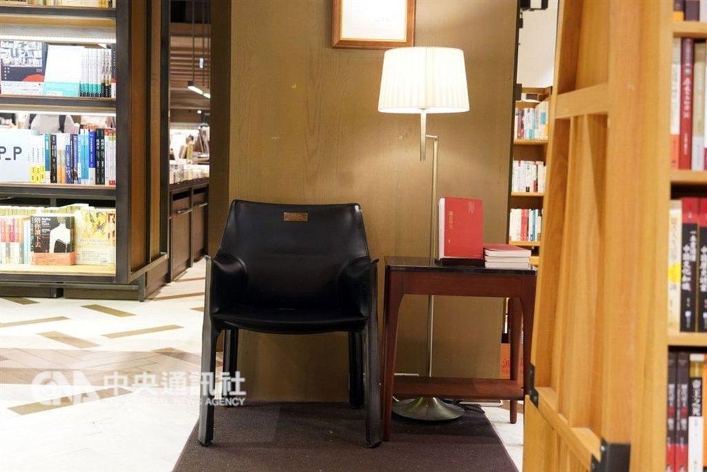 每一間誠品書店,都有一張義大利品牌Cassina的經典皮椅,在角落如紳士般端坐,凝望往來讀者,也歡迎停泊歇腳,懷念已故創辦人吳清友成立誠品那份「款待」的初心。中央社記者孫仲達攝 108年2月5日