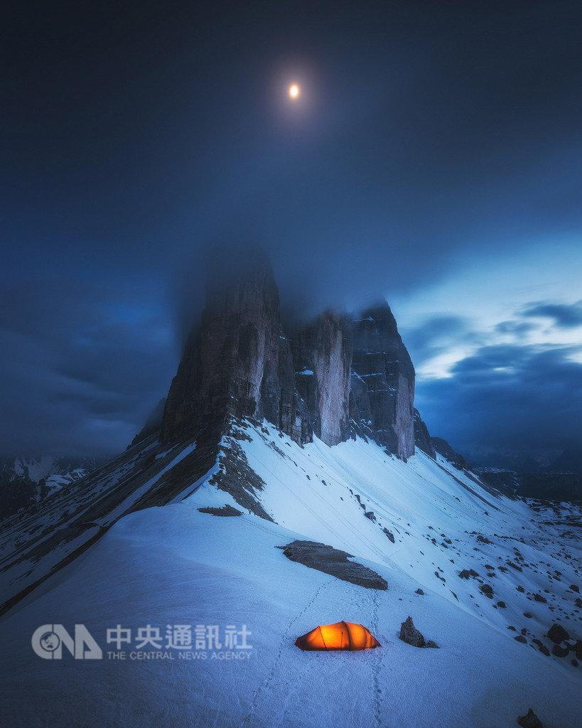 台灣攝影師郭子揚拍攝義大利拉瓦雷多三尖峰的美麗霧景,入圍索尼世界攝影大賽的「景觀」組別。(索尼世界攝影大賽提供)中央社記者戴雅真倫敦傳真 108年2月5日