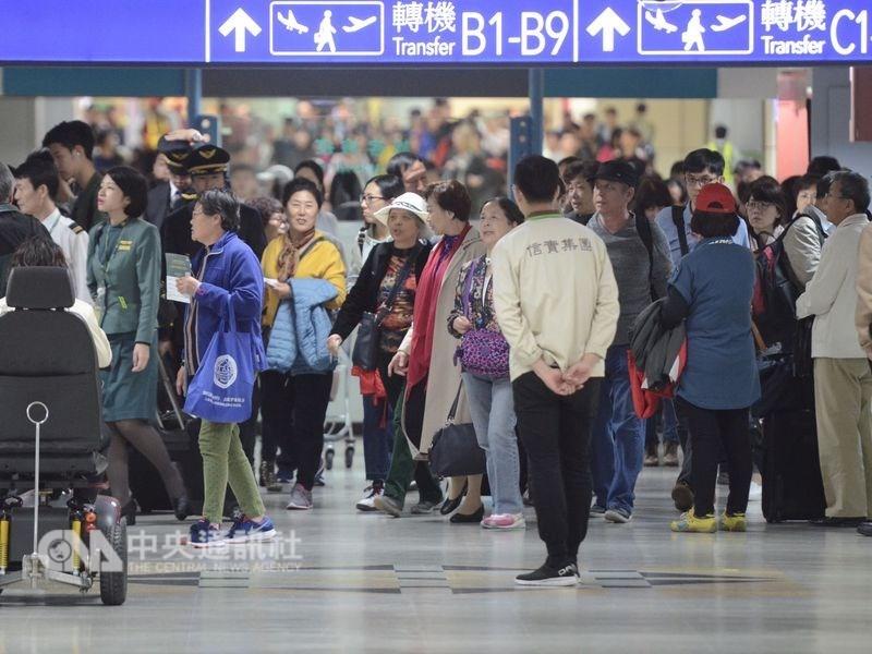 華航與旗下機師勞資爭議越演越烈,機師工會5日首度展開罷工演練。圖為桃園國際機場一景。(中央社檔案照片)