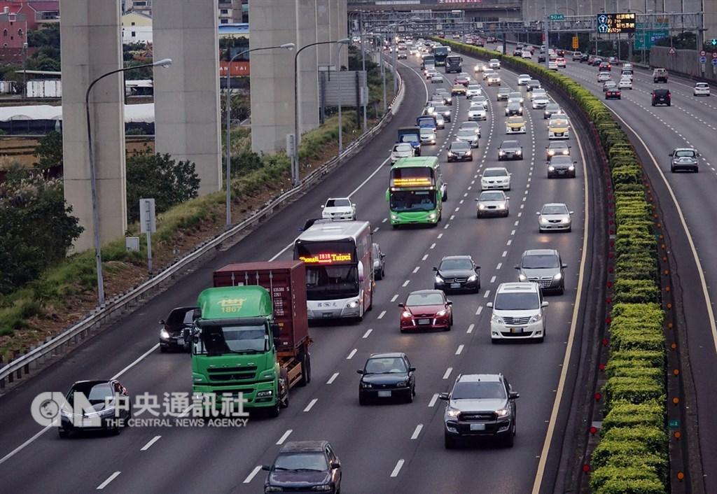 高速公路局預期大年初三將有許多出遊車潮。(中央社檔案照片)