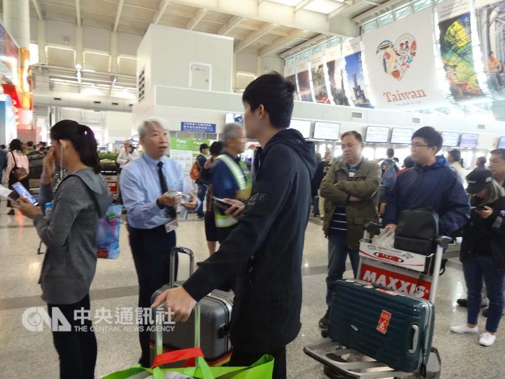 華航部分機師8日罷工,高雄國際機場上午分別有飛航馬尼拉和香港航班取消,報到的旅客跳腳,華航工作人員發送礦泉水安撫情緒。中央社記者陳朝福攝 108年2月8日