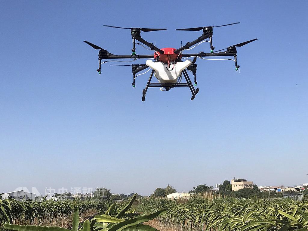 因無人機活動來愈多,避免影響飛航安全,民用航空法「遙控無人機專章」預計7月上路,無人機正式納入管理,玩家操作無人機,飛行高度不得超過400呎,日落後日出前也禁止飛航。 (民航局提供)中央社記者汪淑芬傳真 108年2月9日