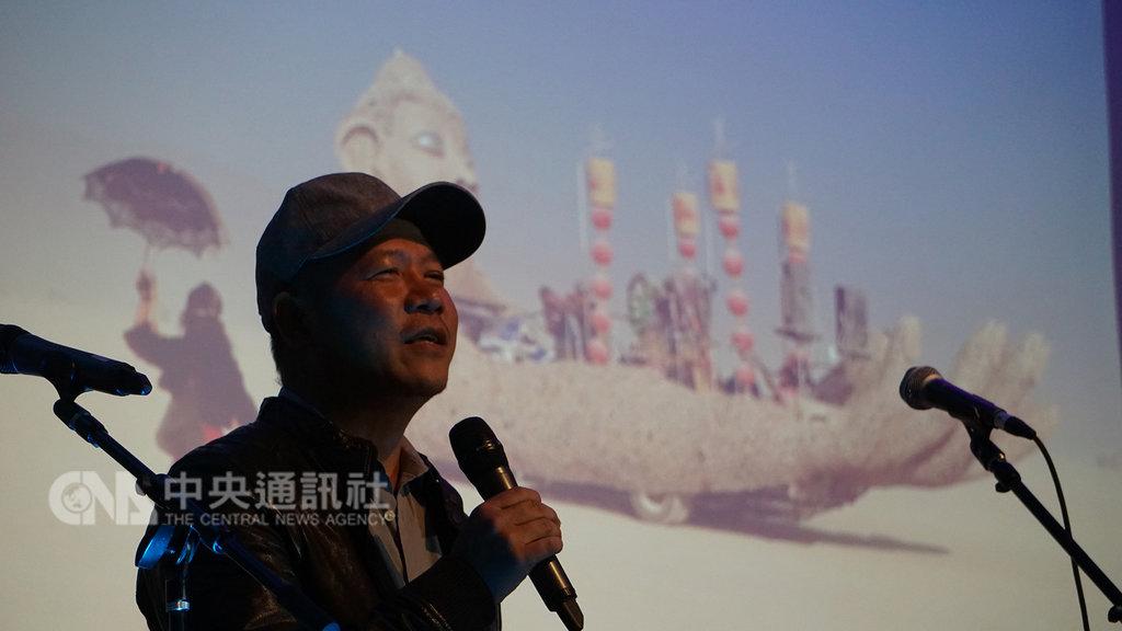 台灣藝術家蕭青陽(圖)以董事長樂團「祭」的唱片包裝入圍美國葛萊美獎,9日向洛杉磯僑胞分享創作理念,源自金紙的概念。中央社記者林宏翰洛杉磯攝 108年2月10日