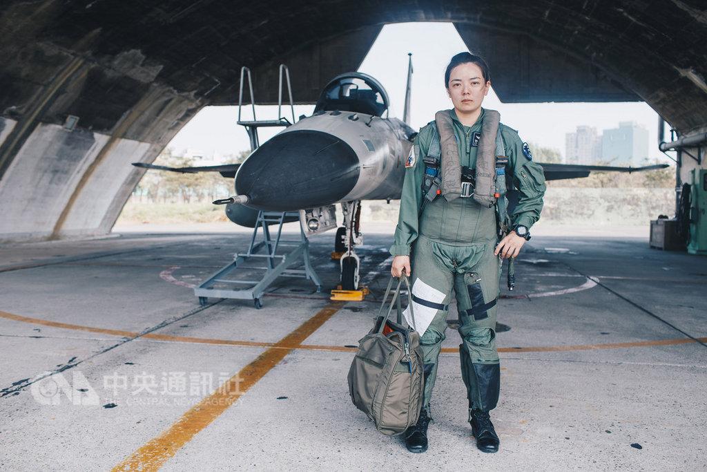 空軍中尉郭文靜以志願士兵身分入伍,去年完成訓練,為IDF經國號戰機再添一位生力軍;她是國軍首位由士兵轉服二代機的女性飛行員。(軍聞社提供)中央社記者侯姿瑩傳真 108年2月10日