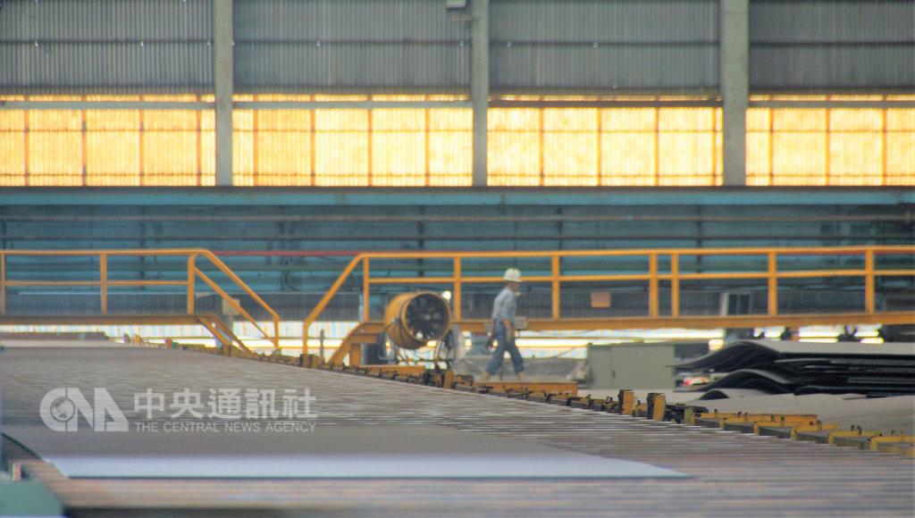 海巡署首批4艘4000噸級巡防艦11日在台船舉行開工及鋼板進料典禮。圖為鋼板進料流程。中央社記者程啟峰高雄攝  108年2月11日