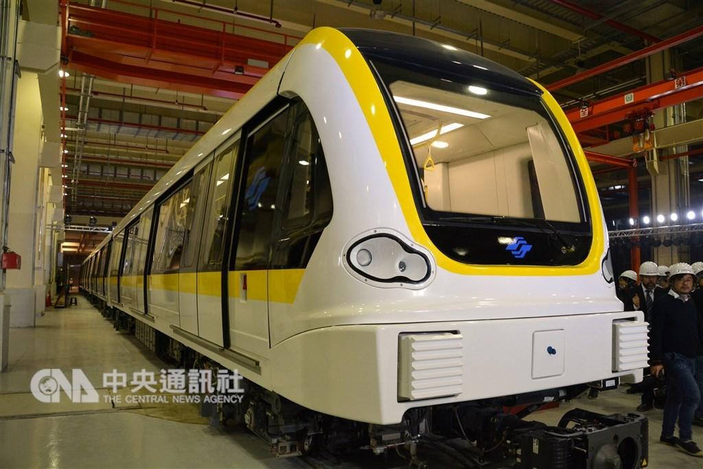 台北捷運環狀線第一期將於第4季上線營運,列車採傾斜式20度流線型車頭造型,寬敞的淺色內裝搭配大片式車窗。(中央社檔案照片)