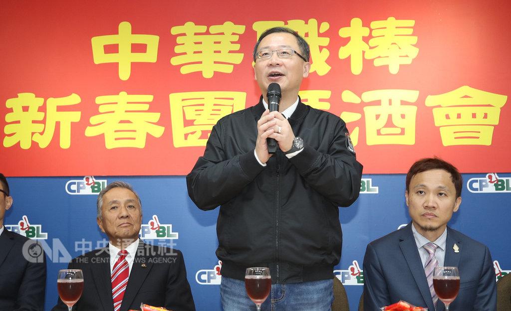 中華職棒13日在聯盟辦公室舉辦新春團拜,中職會長吳志揚(中)向媒體拜年,並說明30週年計畫。中央社記者張新偉攝  108年2月13日