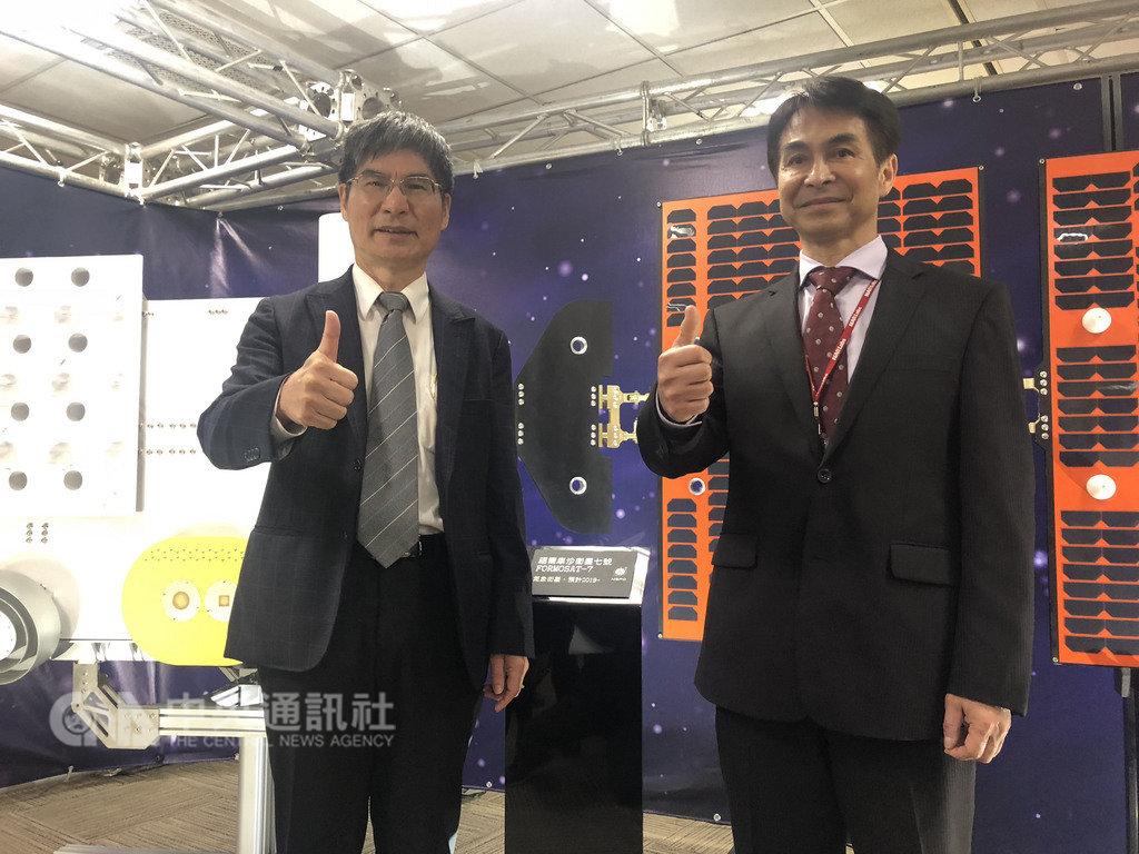 科技部長陳良基(左)13日說明台灣第三期國家太空科技發展長程計畫,未來10年每年至少發射一顆衛星。中央社記者劉麗榮台北攝 108年2月13日