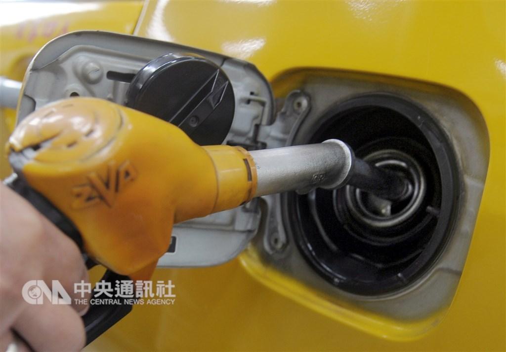 由於石油輸出國家組織為首的國家考慮減產,國際油價12日上揚。(中央社檔案照片)