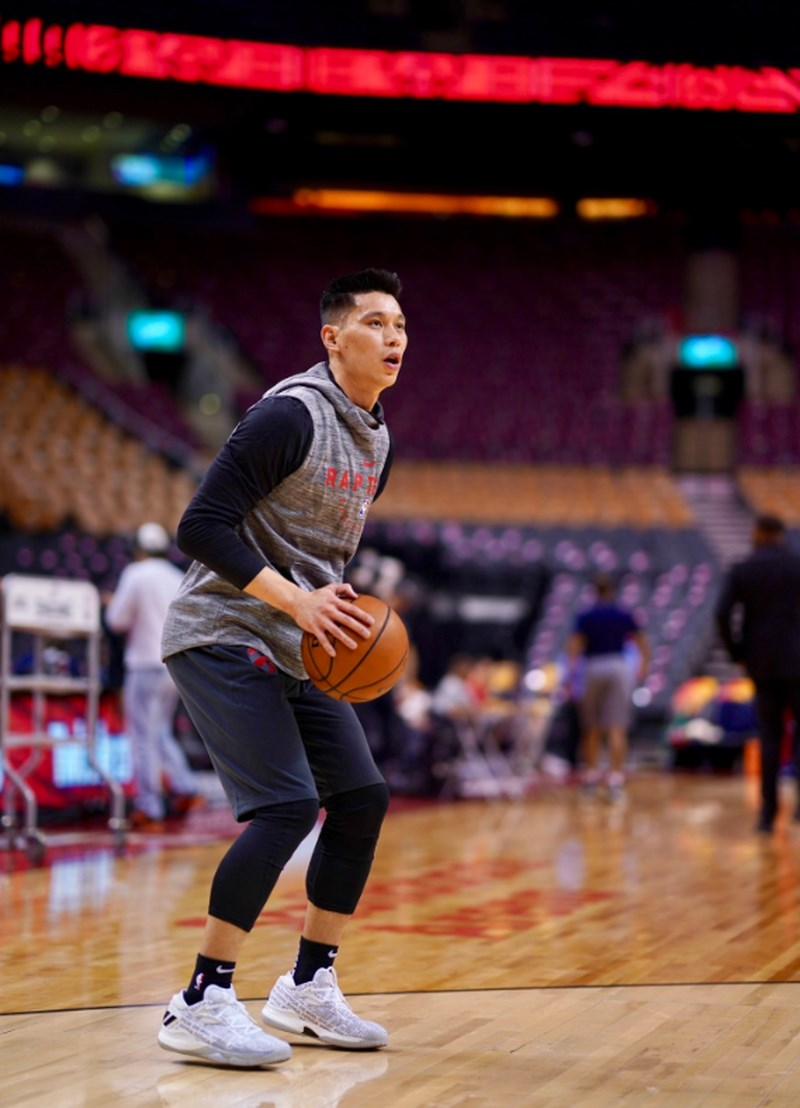美國職籃NBA台裔球星林書豪13日迎來在多倫多暴龍首秀,他開玩笑直呼:「能加入一支目前40多勝的球隊,感覺自己像是在作弊。」(圖取自twitter.com/Raptors)