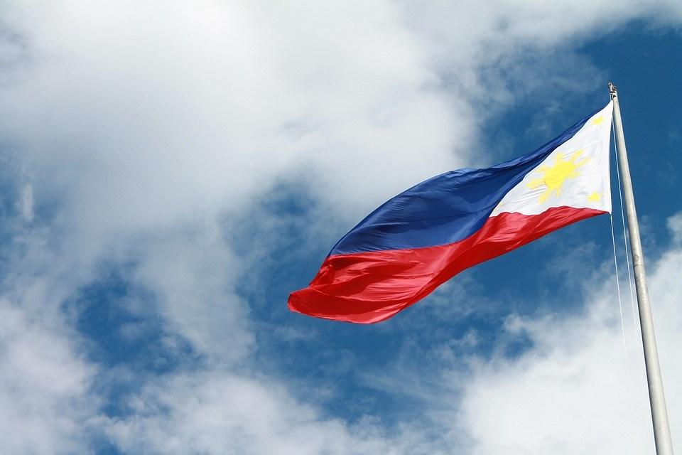 正常的菲律賓國旗是藍色在上,紅色在下,如果是紅色在上,藍色在下,則是意指「戰爭中」。(圖取自Pixabay圖庫)