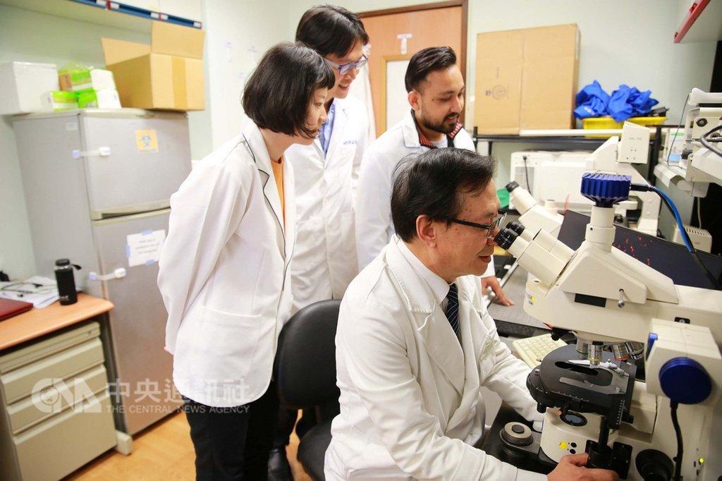花蓮慈濟醫院眼科研究中心蔡榮坤(前右)帶領團隊,利用分化誘導多功能幹細胞技術,製造出視網膜微組織結構以及建立感光細胞分化技術;可望修復視網膜病變及視神經受損,為失明患者帶來重見光明的希望。這項創新研究發表在2019年國際學術期刊「Cells」中。(花蓮慈濟醫院提供)中央社記者李先鳳傳真 108年2月14日