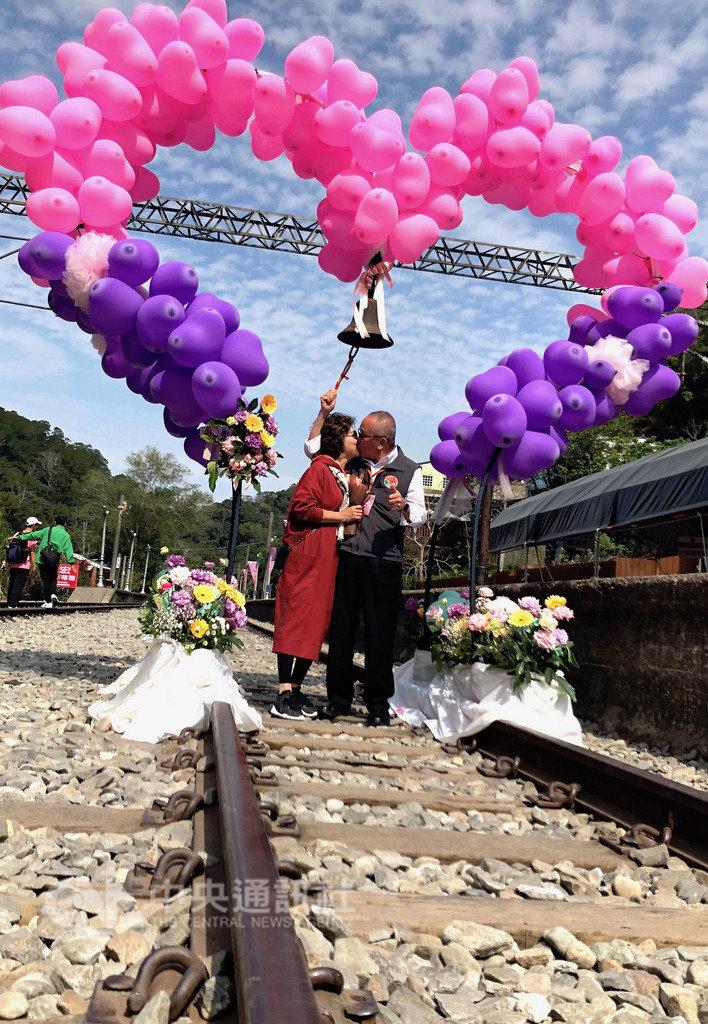 苗栗舊山線鐵道自行車業者14日舉辦西洋情人節活動,縣長徐耀昌夫婦(圖)也出席一同曬恩愛,現場洋溢浪漫溫馨氛圍。中央社記者管瑞平攝 108年2月14日