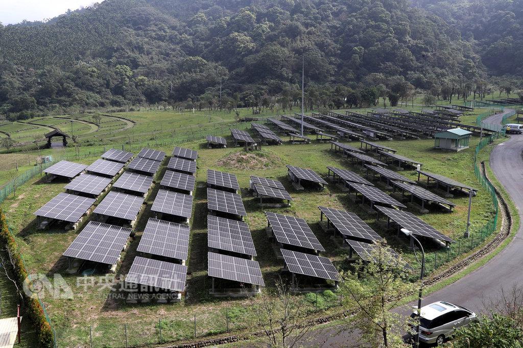 台北市環保局將山水綠生態公園打造為台北能源之丘2.0,15日正式啟用,公園共建置3216片太陽能板,估計年發電量最高可達100萬度,每年可減少約500公噸二氧化碳排放量,相當於1.5座大安森林公園的吸碳量。中央社記者張皓安攝 108年2月15日