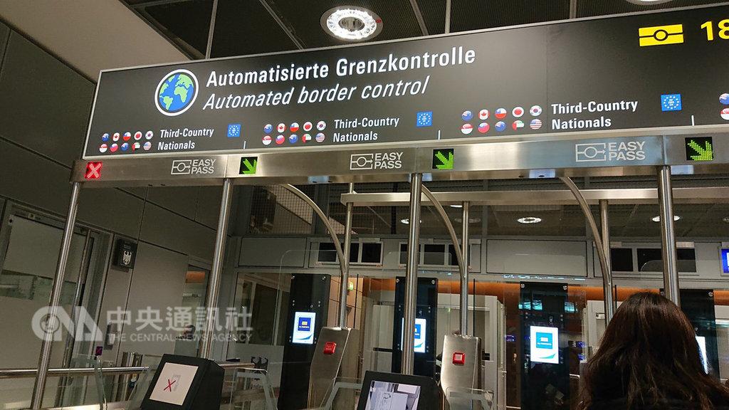 德國法蘭克福機場自動通關待遇的通道看板上,國旗圖示15日恢復。(網友提供)中央社記者唐佩君布魯塞爾傳真 108年2月15日