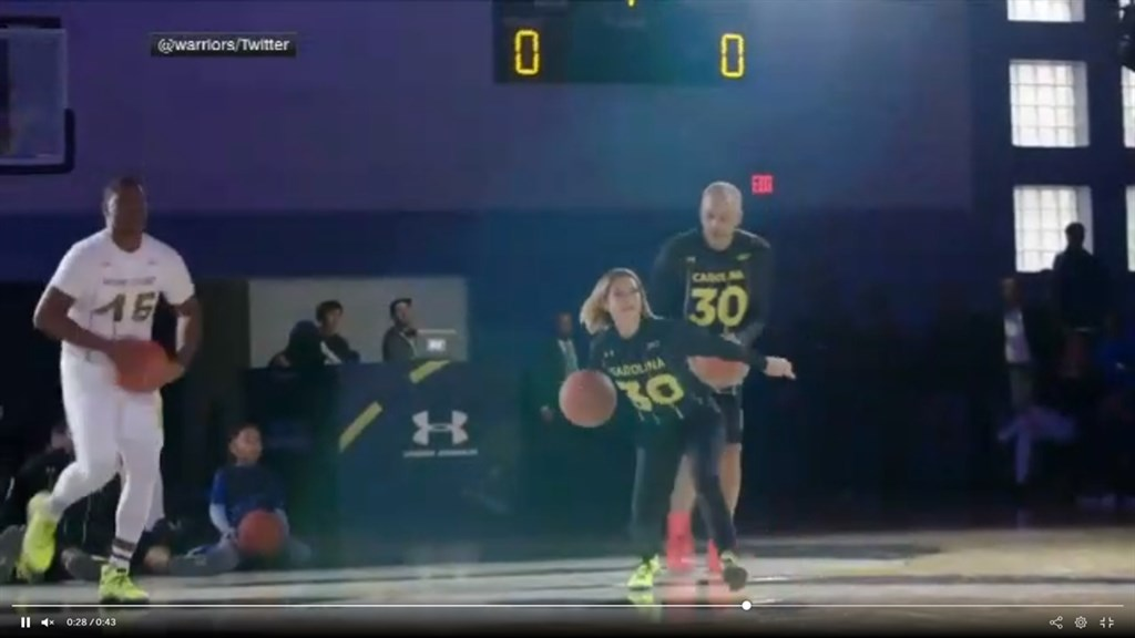 NBA金州勇士明星後衛柯瑞的家族基金會舉辦了一場慈善投籃大賽,比賽成員全是柯瑞家族,分成4隊比賽,沒想到是爸爸戴爾柯瑞、媽媽桑雅柯瑞(前中)那組奪冠,桑雅柯瑞還投進致勝的Logo Shot。(圖取自ESPN網頁espn.com)