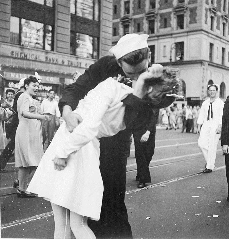 二戰經典照片「勝利之吻」中的美國水兵門多薩已辭世,享壽95歲。(圖取自維基共享資源,版權屬公有領域)