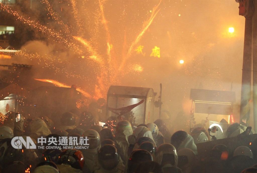 台南市政府環保局監測發現,19日鹽水國中主炮城引爆時,PM2.5濃度一度超出法定24小時平均標準值86倍。(中央社檔案照片)