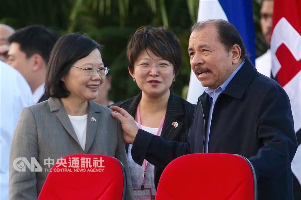尼加拉瓜國會20日接受台灣政府提供的1億美元貸款案。圖為蔡總統(左)2017年出訪尼加拉瓜,出席尼加拉瓜總統奧蒂嘉(右)的就職典禮。(中央社檔案照片)