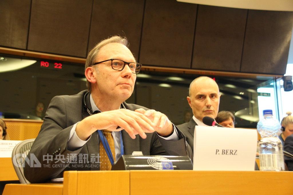 歐盟貿易總署亞洲部門主管柏茲(左)19日在歐洲議會表示,歐盟雖有其一中政策但不會排除與台灣洽簽雙邊投資協定(BIA)。中央社記者唐佩君布魯塞爾攝 108年2月20日