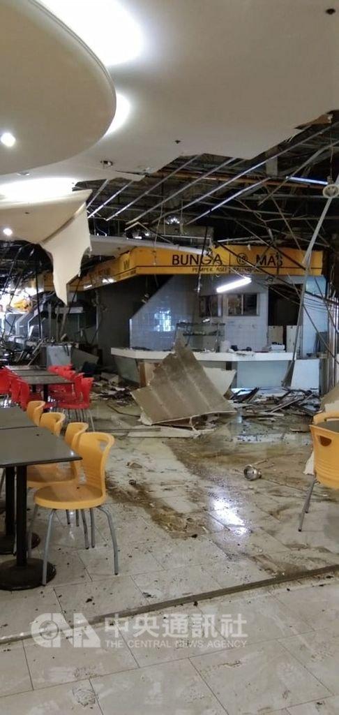 印尼首都雅加達知名購物中心「蘭花園購物中心」20日發生氣爆,造成6人受傷,現場滿目瘡痍。(印尼民眾郭小姐提供)中央社記者周永捷雅加達傳真 108年2月20日