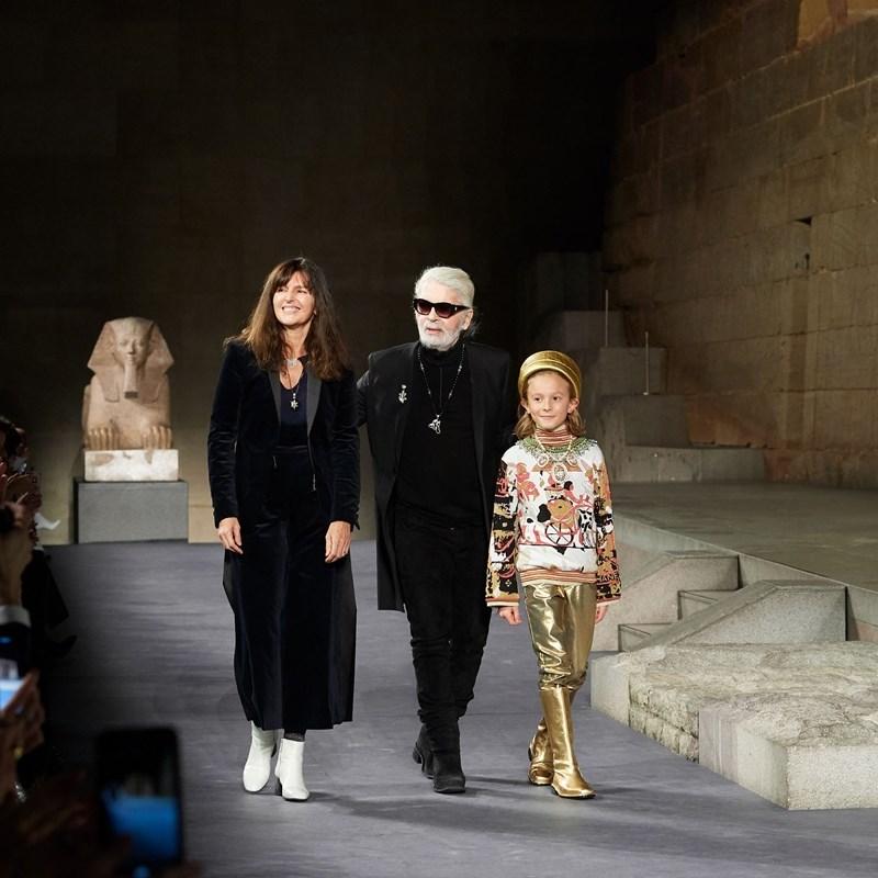 時尚精品品牌香奈兒證實,卡爾拉格斐(中)生前的左右手暨創意副總監葳雅(左)將接替出任創意總監。(圖取自twitter.com/CHANEL)