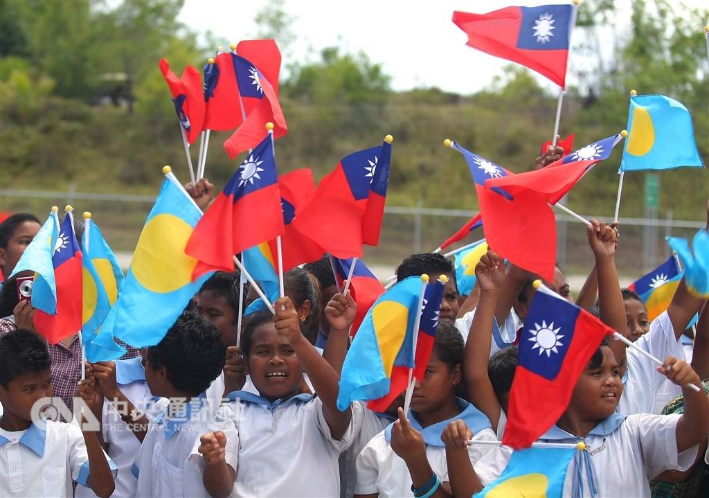 外交部21日表示,與南太友邦高層保持良好溝通,雙邊關係穩固。圖為帛琉學生揮舞兩國國旗。(中央社檔案照片)