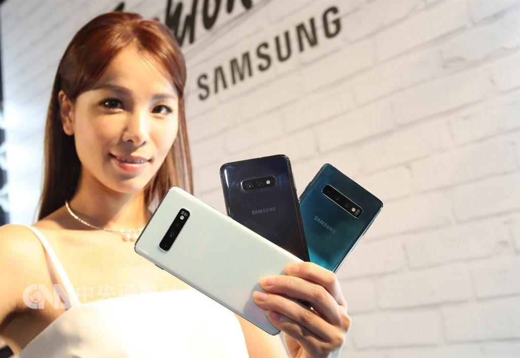 適逢Galaxy十週年,三星21日發表新款S10系列手機,主打infinity O全螢幕和全球首款超聲波螢幕指紋辨識的手機,3月8日起陸續開賣。中央社記者張新偉攝 108年2月21日