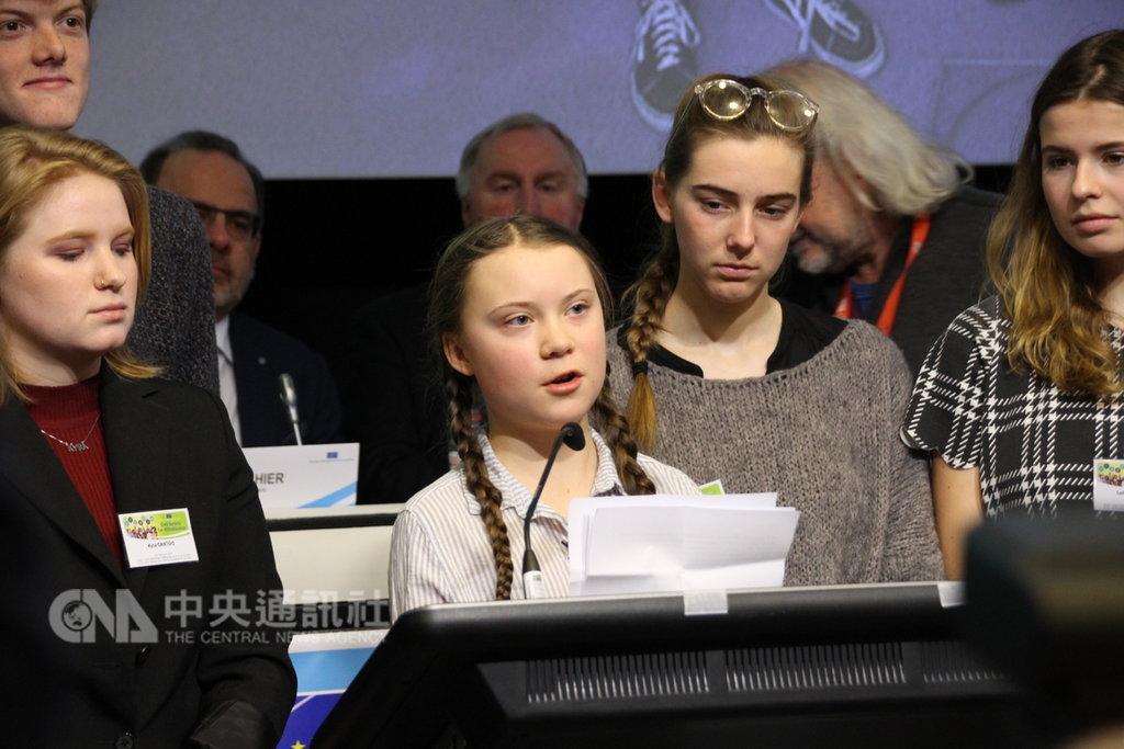 今年只有16歲瑞典女孩桑柏格(發言者)關注氣候變遷議題,21日演講時批評政治人物不作為。中央社記者唐佩君布魯塞爾攝 108年2月22日