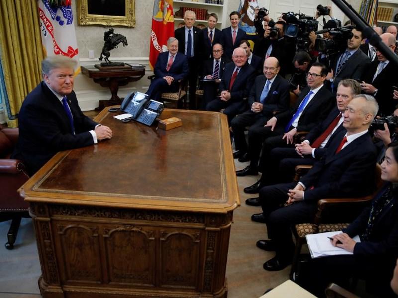 美國總統川普(左)22日下午在白宮橢圓形辦公室與中國國務院副總理劉鶴(前排右2)會面。(路透社提供)