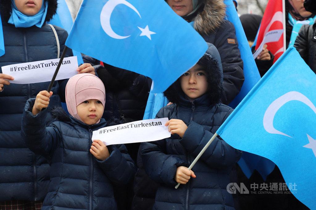 旅土耳其維吾爾人23日在伊斯坦堡展開「#我也是維吾爾人#我也是東突厥斯坦人」集會,抗議中國在新疆推動集中營、結對認親與漢化等不人道政策。中央社記者何宏儒伊斯坦堡攝 108年2月23日