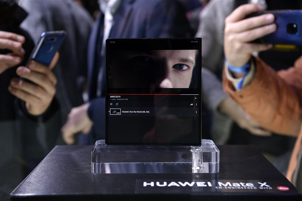 華為24日推出首款5G摺疊手機Mate X,超過新台幣8萬元的天價,引起市場討論。(法新社提供)