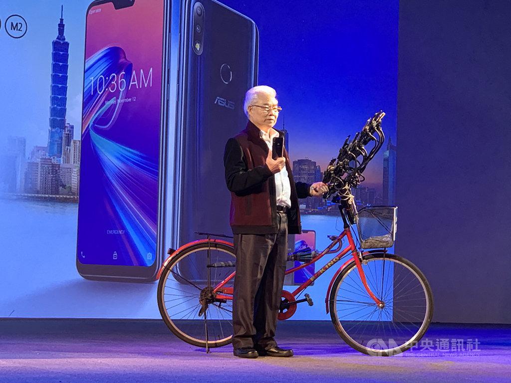 電腦品牌廠華碩日前發表大電量手機ZenFone Max Pro(M2),邀請一次用21支手機抓怪的「寶可夢阿伯」陳三元分享使用經驗。中央社記者吳家豪攝 108年2月26日