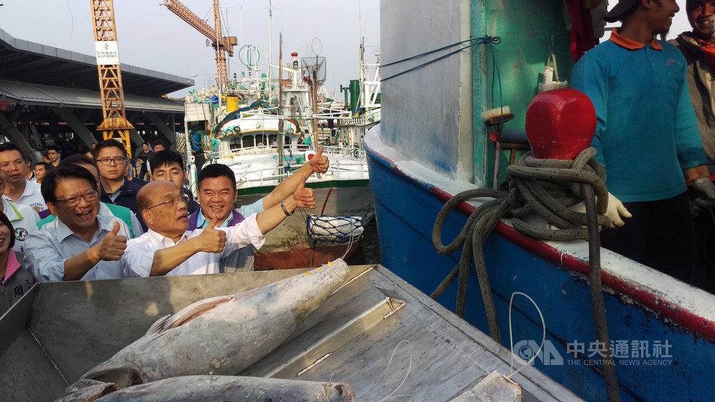 行政院長蘇貞昌(左2)27日到屏東東港漁市場視察「卸魚不落地」等漁業惠民政策,媒體詢問對於新內閣民調4成6的看法,他表示,希望民眾能夠越來越滿意。中央社記者郭芷瑄攝 108年2月27日