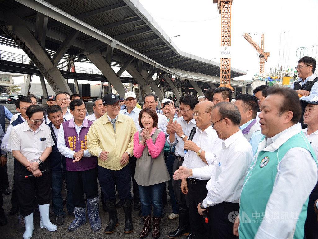 行政院長蘇貞昌(前右3)27日到屏東東港漁市場視察,並宣布漁業適用彈性工時的政策。(行政院提供)中央社記者郭芷瑄傳真 108年2月27日