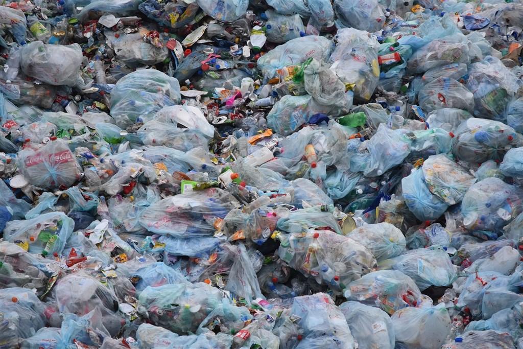 每年塑膠產量超過3億噸,至少有5兆個塑膠碎片在海洋漂浮。(圖取自Pixabay圖庫)