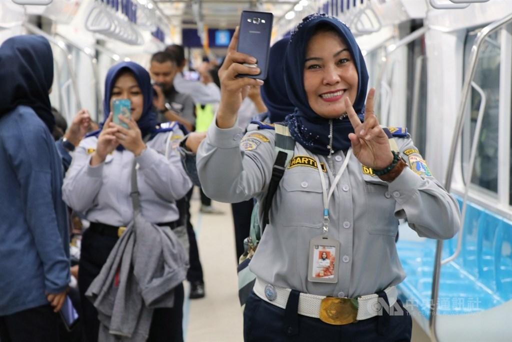 印尼雅加達第一條捷運將在3月底通車,民眾26日試乘列車,興奮自拍。中央社記者石秀娟攝 108年2月27日
