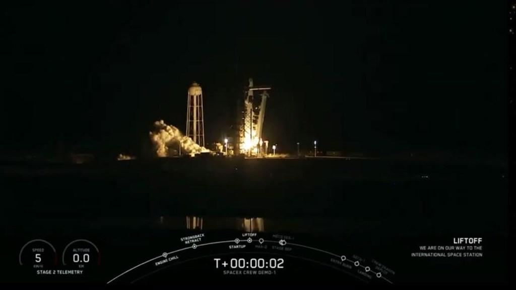 太空探索科技公司(SpaceX)的「獵鷹9號」火箭搭載4.9公尺高的載人飛龍號太空艙,2日凌晨2時49分發射升空。(圖取自twitter.com/SpaceX)