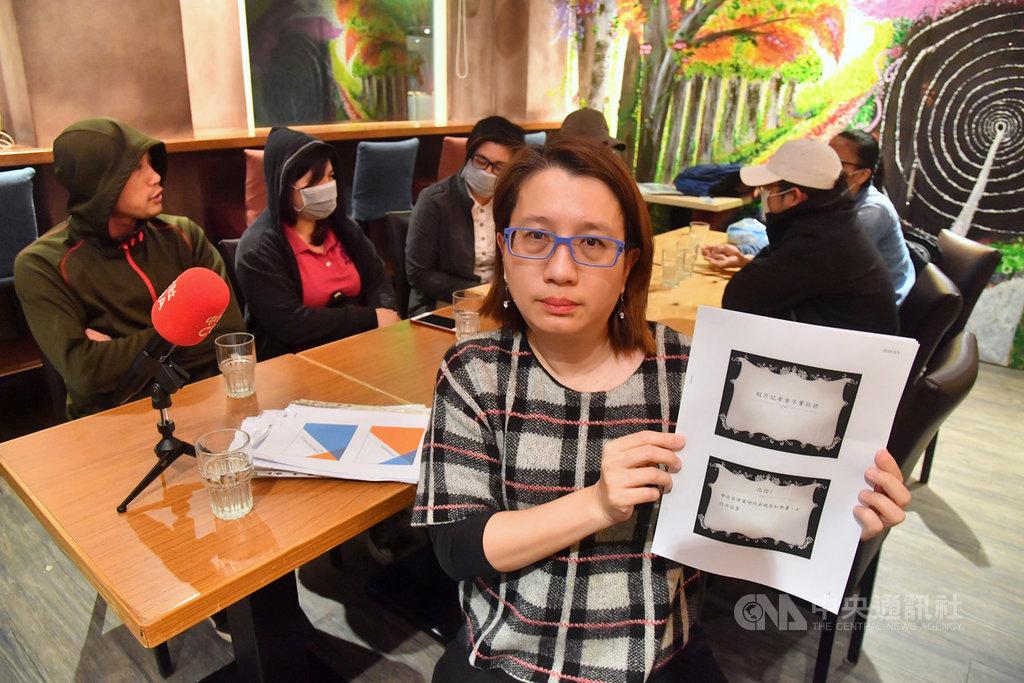 有育達科大菲律賓籍學生指控被代辦留學的中華飛世文化教育發展協會招募來台就學後,卻又被強迫打工,協會理事長吳孟玲(前)5日率部分在校研究生出面駁斥澄清。中央社記者王飛華攝 108年3月5日
