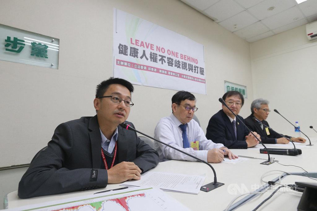 台灣缺席世界衛生組織2月在中國大陸北京舉行的流感疫苗選株會議;疾管署副署長羅一鈞(左)6日表示,會透過管道接洽與會專家、蒐集會議資料,務求不會有資訊上的落差;未來會持續爭取,派專家到現場參加會議。中央社記者徐肇昌攝  108年3月6日