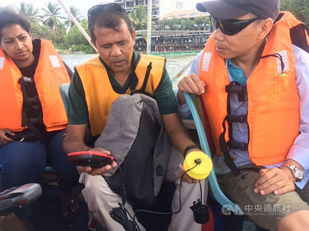 中山大學海洋科學院副院長洪慶章(右)與斯里蘭卡學者在奈哥波瀉湖量測瀉湖深度。(駐印度代表處提供)中央社記者康世人新德里傳真 108年3月6日