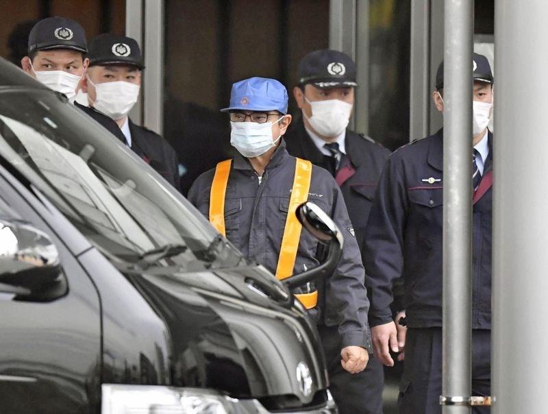 前日產汽車公司董事長戈恩(前中)被拘押108天後,6日交保獲釋。(共同社提供)