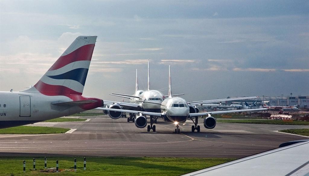 倫敦希斯羅機場等3個交通樞紐5日都收到一個小型急造炸彈包裹,警方反恐小組已展開調查。此為倫敦希斯羅機場機場跑道。(圖取自維基共享資源網頁;作者:Phillip Capper,CC BY 2.0)