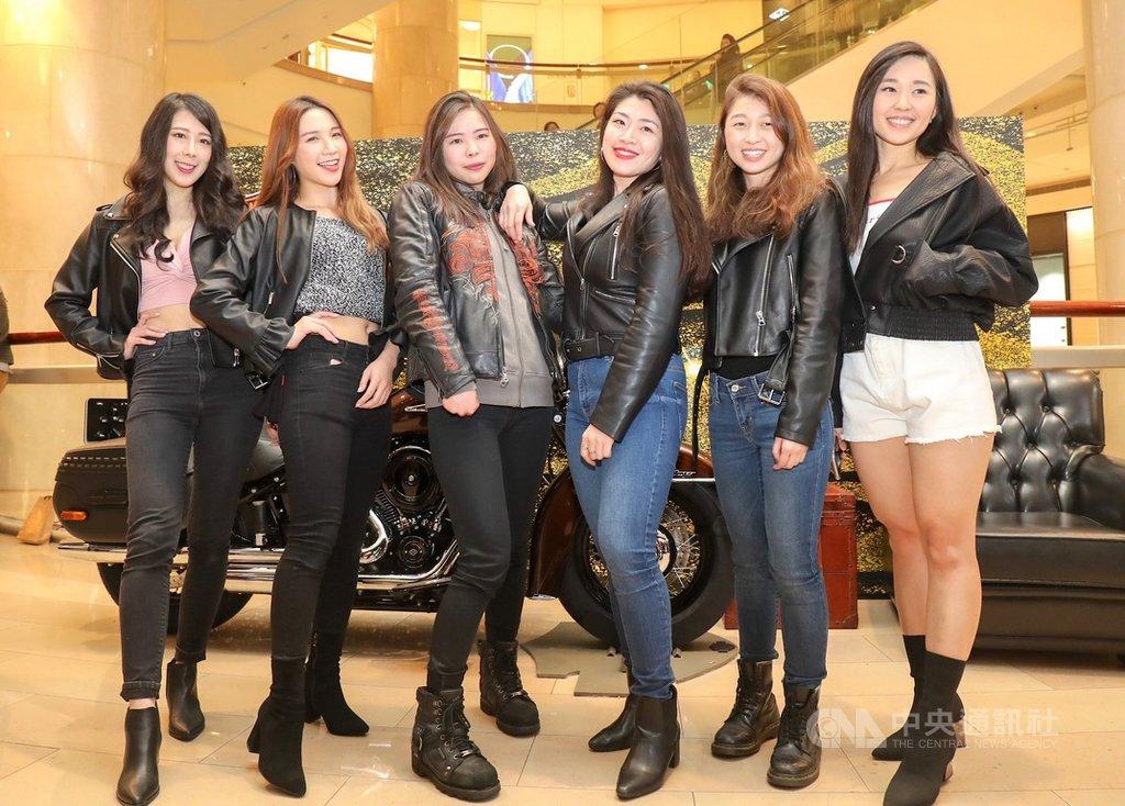 開心迎接婦女節,台北101購物中心8日特別舉辦大型重機騁風之夜活動,歡迎重機騎士攜伴參加,也有女性騎士(左3)熱情騎車到場響應。中央社記者裴禛攝 108年3月8日