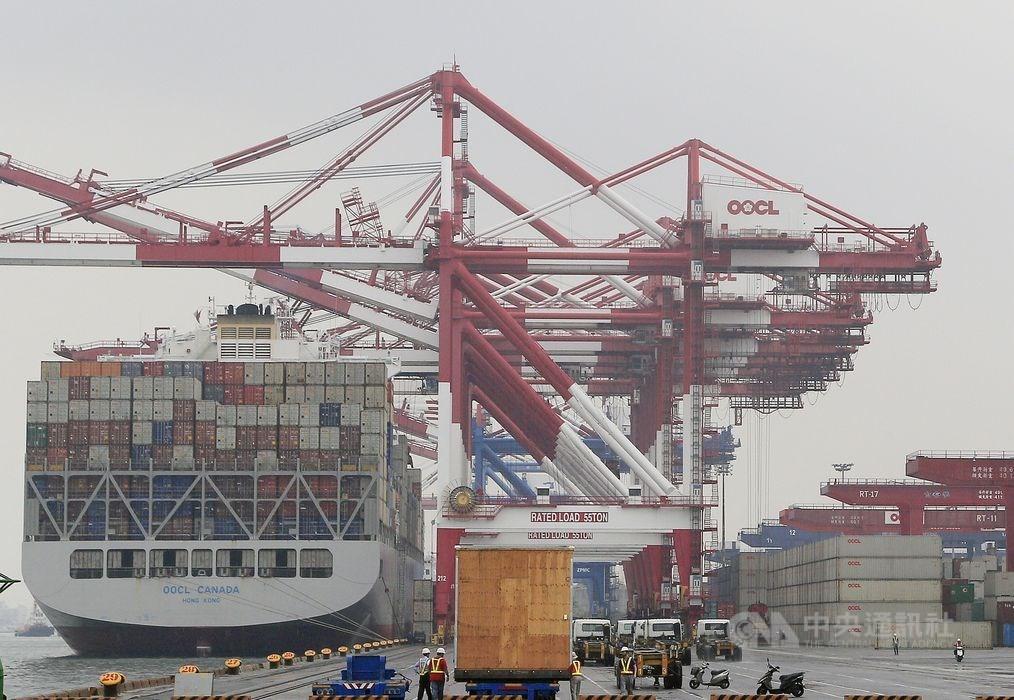 財政部公布2月出口203.9億美元,年減8.8%,連4個月負成長。(中央社檔案照片)