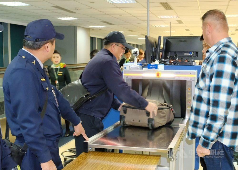 非洲豬瘟中央災害應變中心表示,9日凌晨0時起,新增泰國直飛台灣班機入境旅客手提行李全面檢疫。(中央社檔案照片)