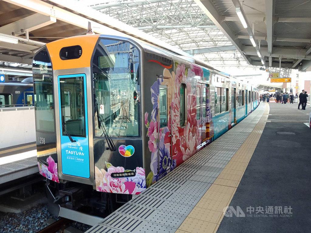 桃園大眾捷運公司表示,9日起在正式在日本阪神電鐵推出彩繪列車,將台灣、桃園的美食美景以手繪風彩繪到阪神列車上,化身為「台灣列車導遊大使」。(桃捷公司提供)中央社記者邱俊欽桃園傳真 108年3月9日