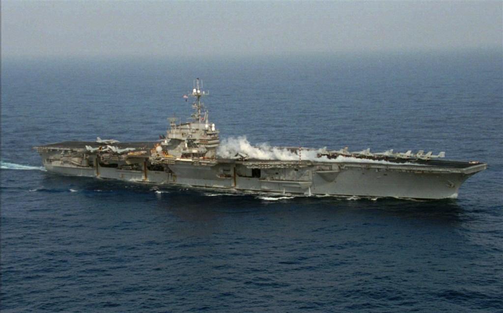 美國在台協會(AIT)8日在臉書發布1996年台海危機時,美國派出航空母艦巡弋台灣海峽的舊照片,引起外界注意。(圖取自facebook.com/AIT.Social.Media)