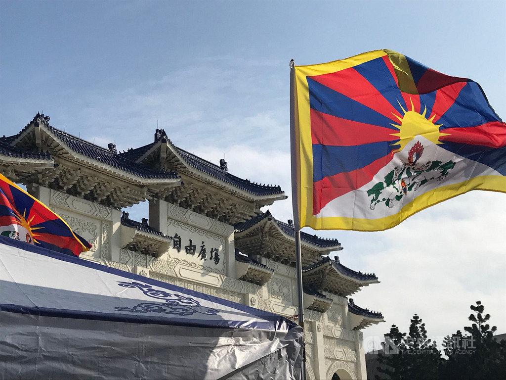 為紀念西藏抗暴60周年,民間團體發起「2019 為西藏自由而騎」活動;達賴喇嘛西藏宗教基金會也在中正紀念堂前舉辦「西藏流亡一甲子」紀念展。剎時間,台北充滿著濃濃西藏味。(資料照片)中央社記者繆宗翰攝 108年3月10日