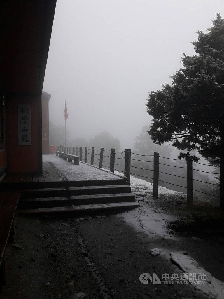 大陸冷氣團配合水氣,玉山11日凌晨下雪,就連海拔3402公尺的排雲山莊(圖)上午也下雪。(玉管處提供)中央社記者蕭博陽南投縣傳真 108年3月11日